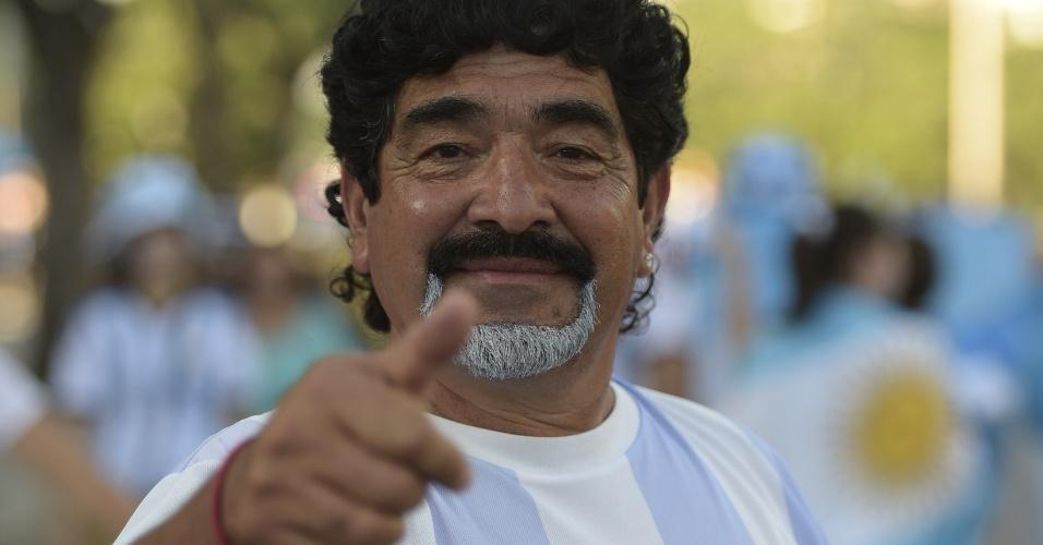 """15.jun.2014 - Diego Maradona está no Brasil trabalhando como comentarista da TV venezuelana, mas também pode ser confundido com um simples torcedor muito parecido com """"El Diez"""""""