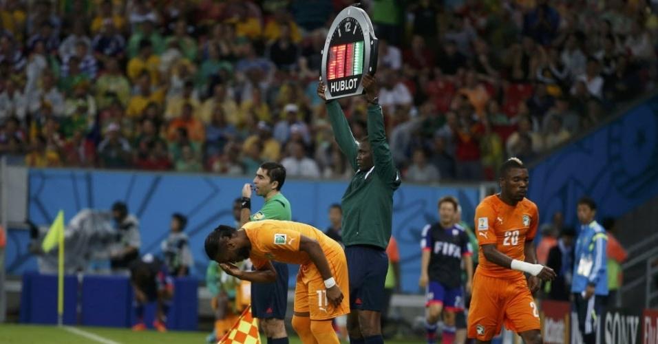 Drogba começou no banco de reservas, mas entrou no segundo tempo para levar a Costa do Marfim à virada