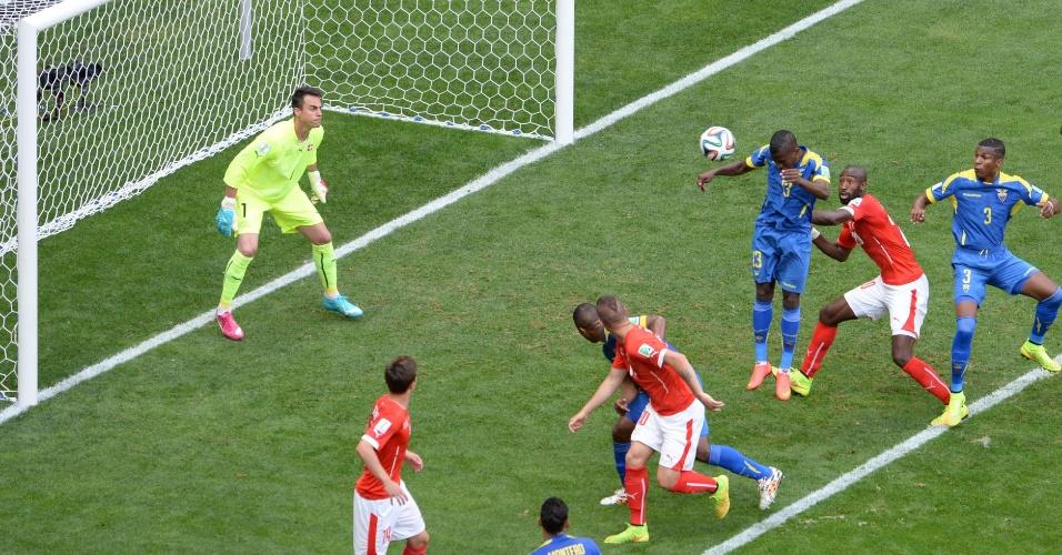 Enner Valencia abre o placar para o Equador contra a Suíça, na Copa do Mundo