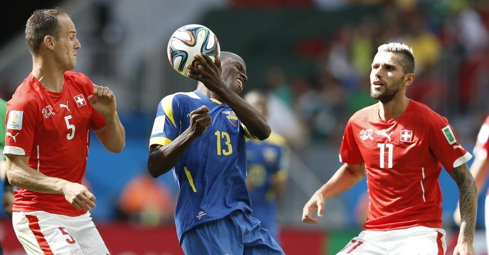 Enner Valencia, autor do gol equatoriano, coloca a mão na bola durante partida contra a Suíça