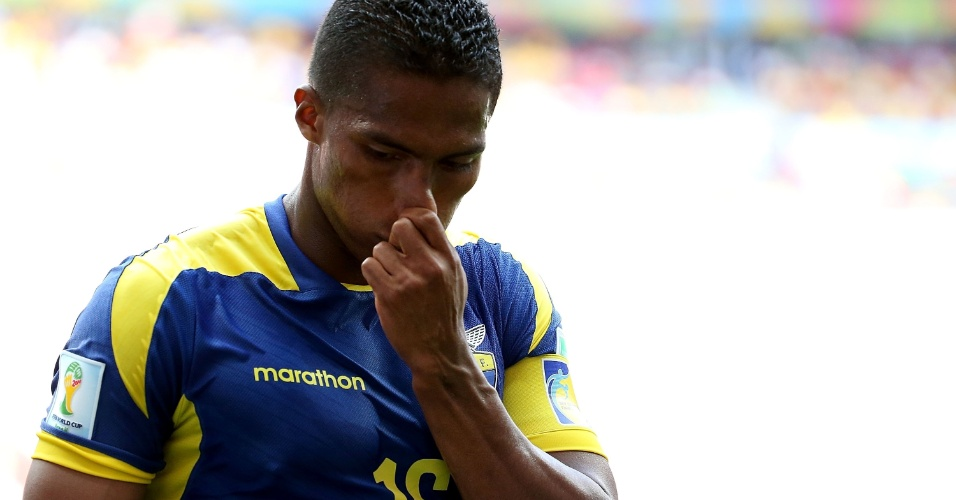 Equatoriano Antonio Valencia parece lamentar reação suíça em jogo pelo Grupo E da Copa do Mundo