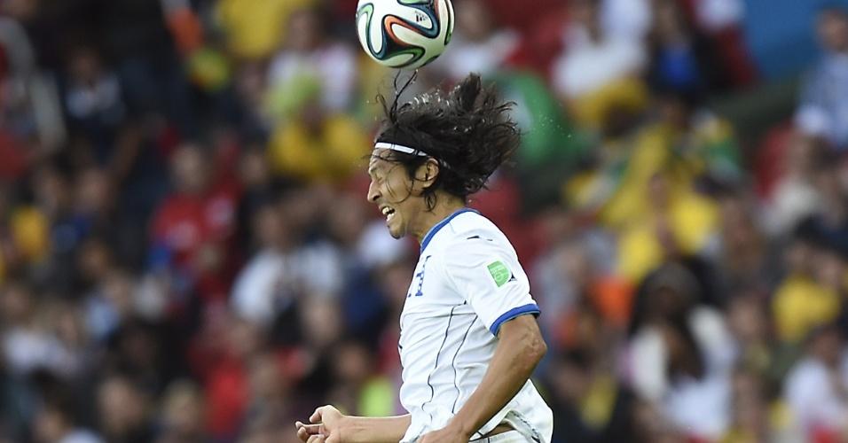 Espinoza, meio-campista de Honduras, afasta a bola na partida da Copa do Mundo contra a França