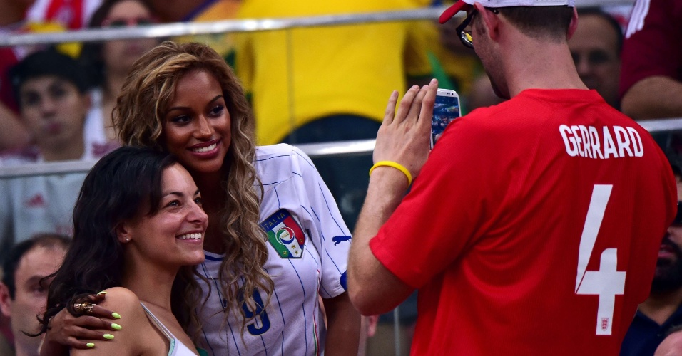 Fanny Neguesha, noiva de Balotelli, atende a fã e tira foto durante partida na Arena Amazônia
