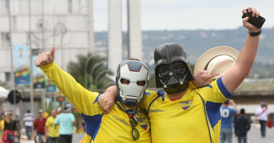 Fantasiados, torcedores do Equador fazem festa antes do jogo contra a Suíça