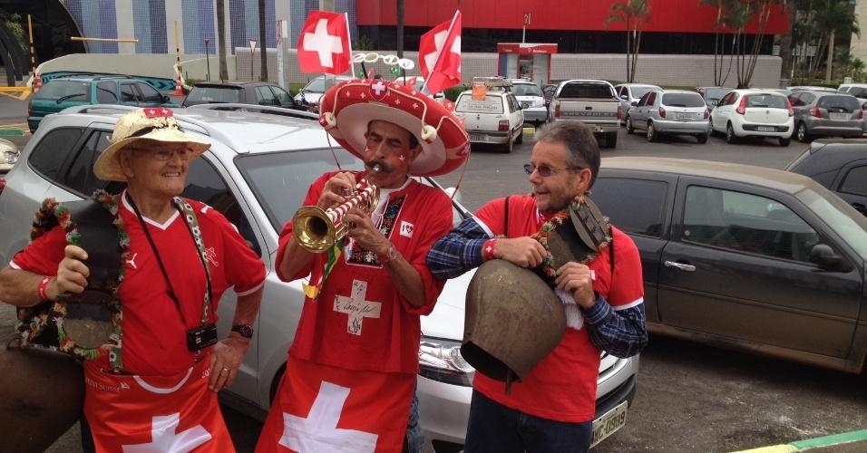 Fantasiados, torcedores suíços marcam presença no estádio Mané Garrincha