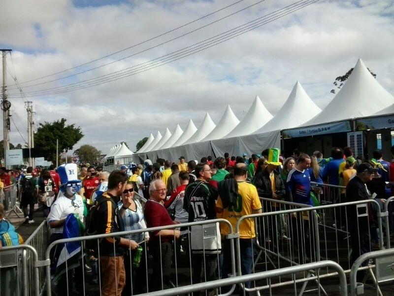Fila de torcedores para entrada no estádio Beira-Rio