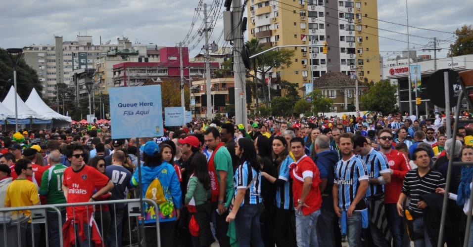 Fila para entrada no Beira-Rio foi grande neste domingo. Nove dos quiosques de entrada no estádio estiveram fechados