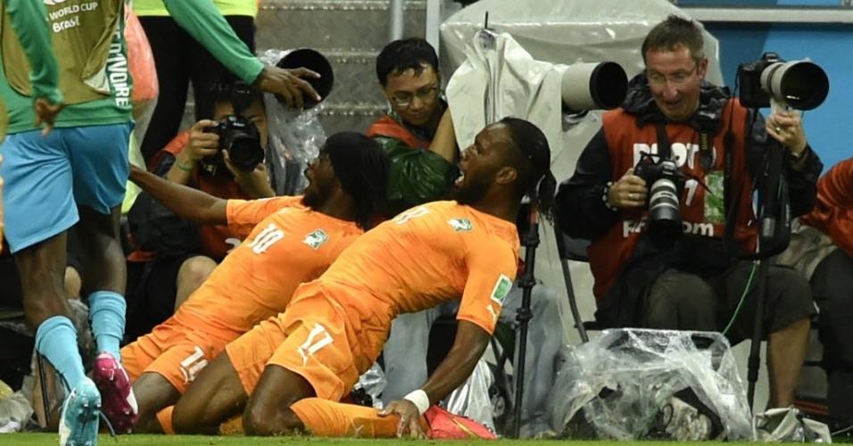 Gervinho e Drogba festejam gol que deu a virada para a Costa do Marfim sobre o Japão