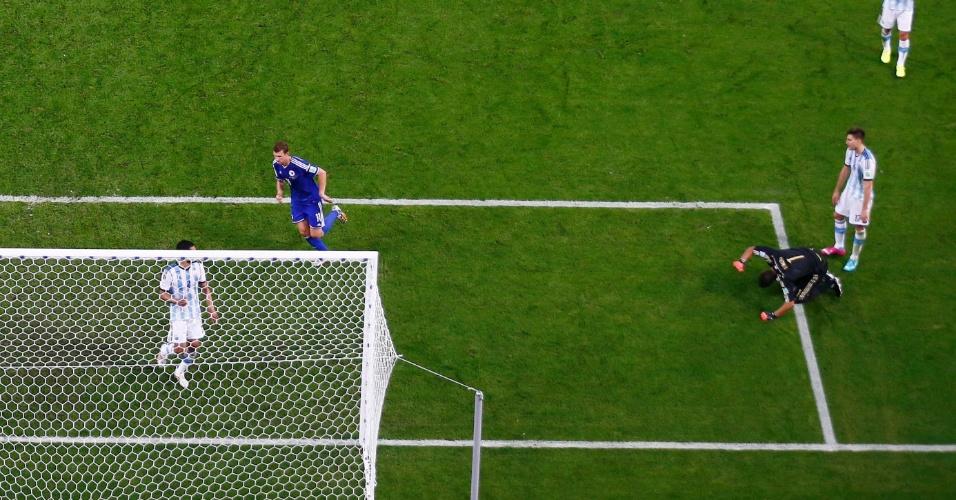 Goleiro argentino Sergio Romero lamenta ao ver a bola no fundo da rede