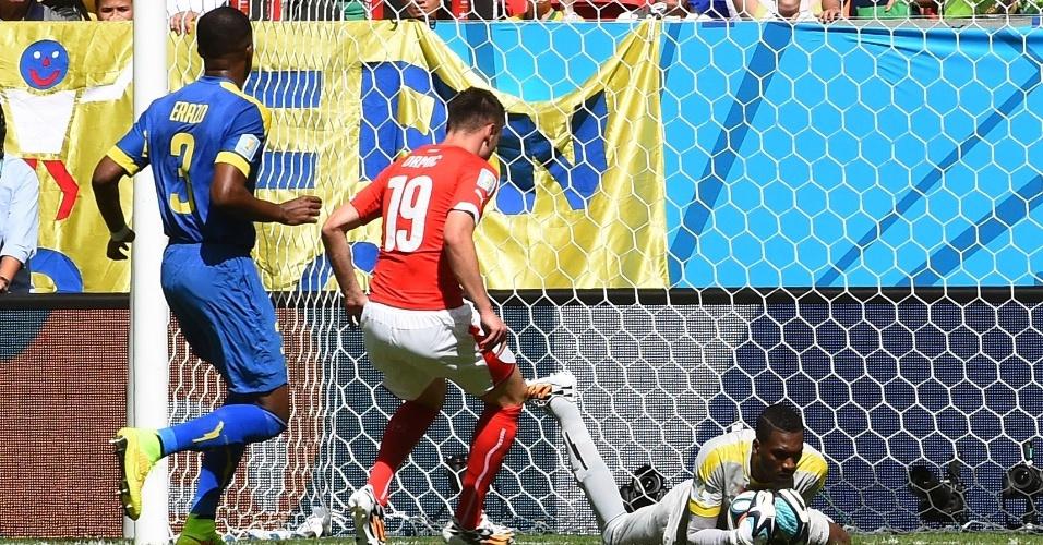 Goleiro equatoriano Maximo Banguera fica com a bola após ataque suíço, no Mané Garrincha