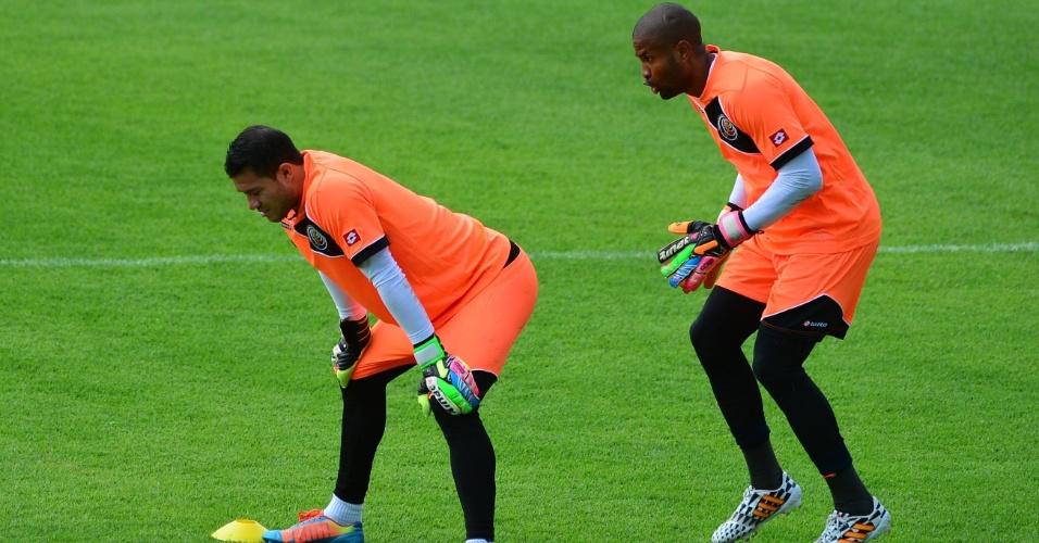 Goleiros da Costa Rica treinam na manhã deste domingo, um dia após surpreenderem o Uruguai a vencerem na estreia da Copa do Mundo