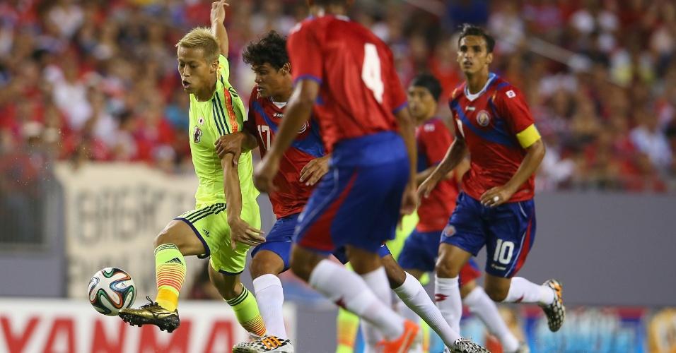 Honda, de verde limão, faz jogada no amistoso contra a Costa Rica, nos EUA