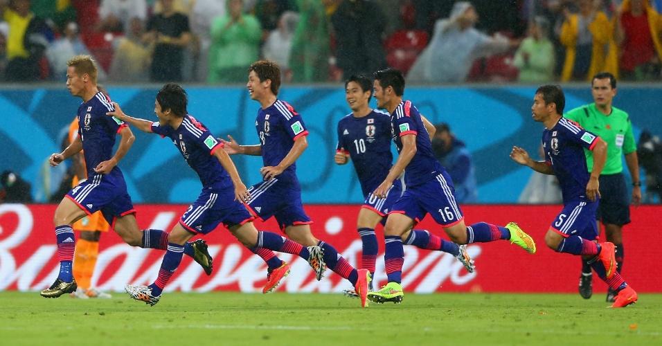 Honda sai correndo para comemorar seu gol na derrota do Japão para a Costa do Marfim