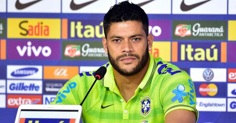 Hulk fala com os jornalistas durante coletiva de imprensa da seleção brasileira