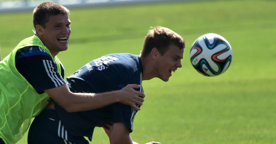 Igor Denisov e Alexander Kokorin treinam forte durante atividades da seleção russa em Itu