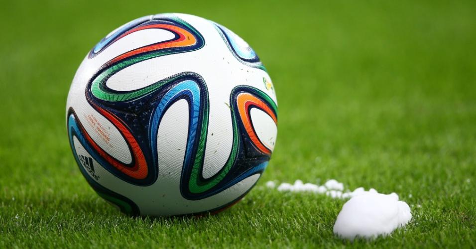 Imagem mostra a bola ao lado de marcação feita com spray pelo árbitro