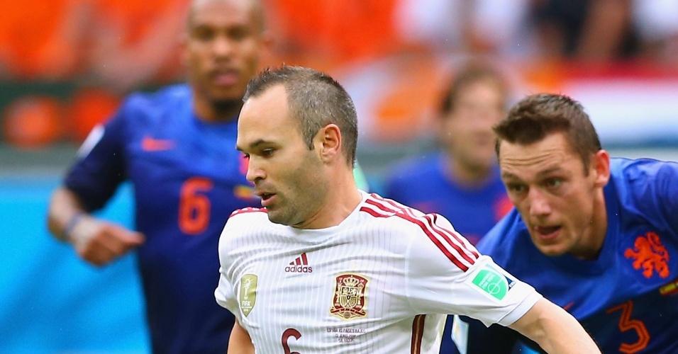 Iniesta domina a bola durante derrota da Espanha para a Holanda por 5 a 1