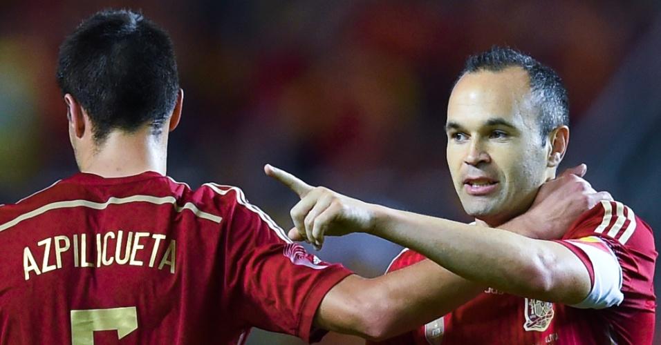 Iniesta e Aspilicueta comemoram gol marcado pelo meia em amistoso contra a Bolívia