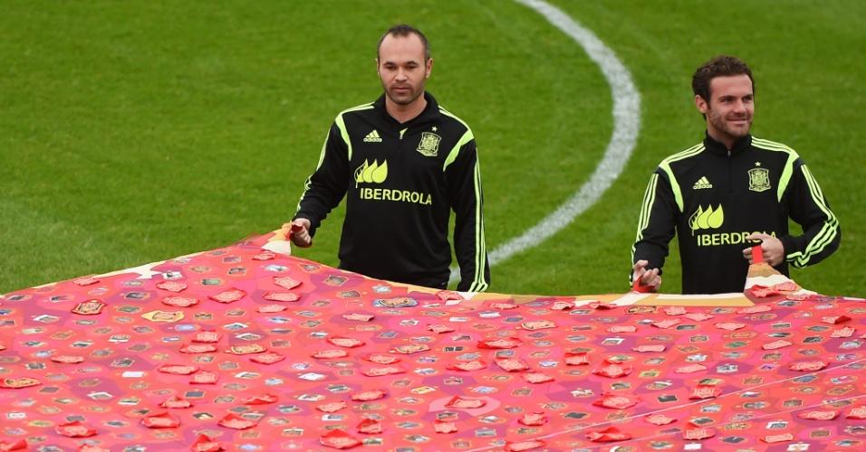 Iniesta e Juan Mata durante treino da Espanha