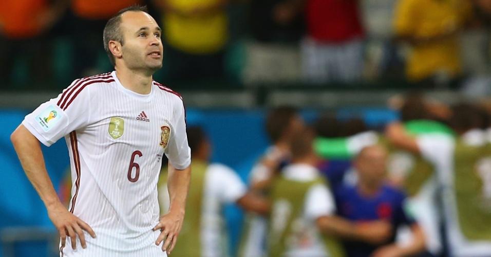 Iniesta olha para o placar enquanto jogadores da Holanda comemoram. Espanha perdeu por 5 a 1