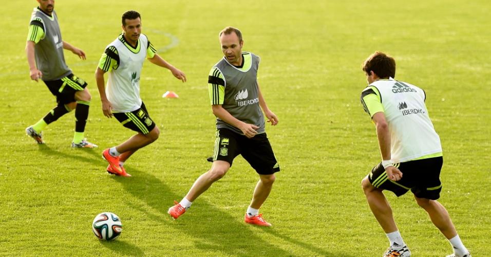 Iniesta recebe bola em treino da Espanha em Curitiba, sede dos atuais campeões na Copa do Brasil