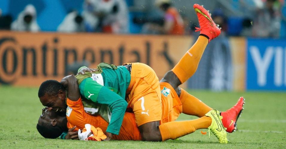 Jean-Daniel Akpa Akpro e Serge Aurier se abraçam para comemorar a vitória da Costa do Marfim sobre o Japão, por 2 a 1