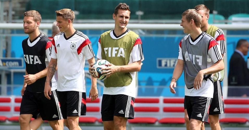 Jogadores da Alemanha conversam durante treino na Arena Fonte Nova