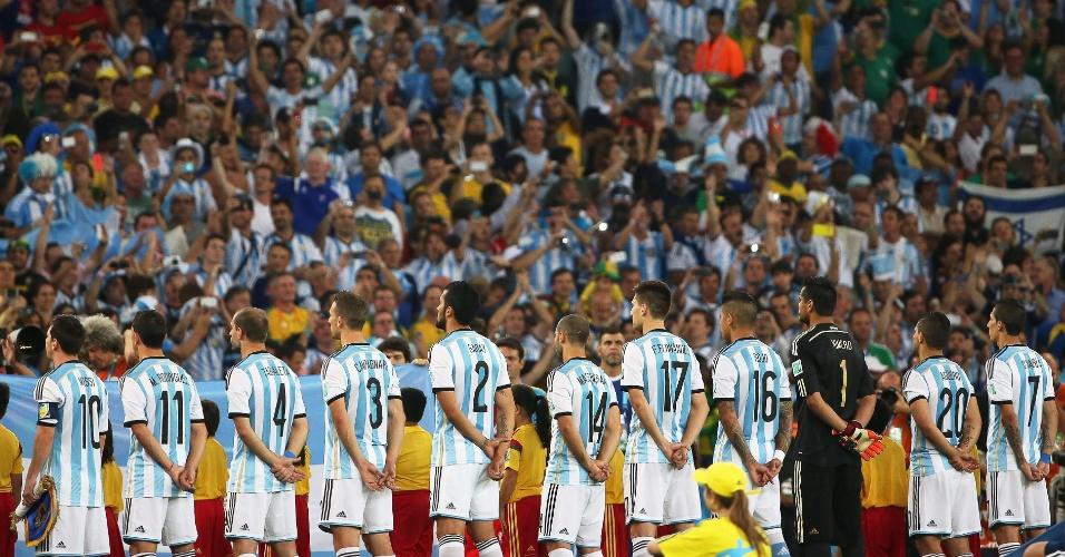 Jogadores da Argentina ficam perfilados durante a execução do hino nacional antes do jogo no Maracanã