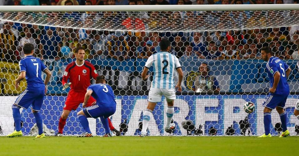 Jogadores da Bósnia-Herzegóvina observam a bola entrar após Kolasinac marcar contra e colocar a Argentina na frente