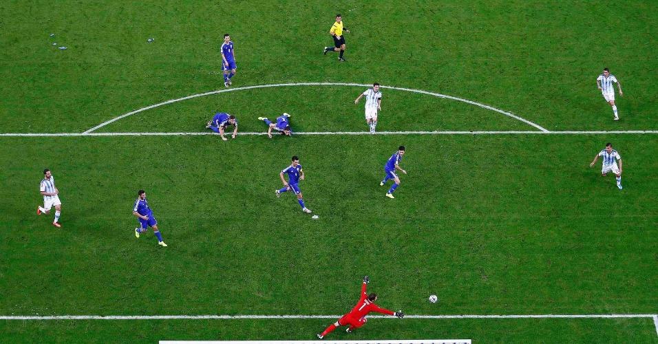 Jogadores da Bósnia tentaram de tudo para segurar Messi, mas o Argentino deixou a marcação para trás e marcou no Maracanã