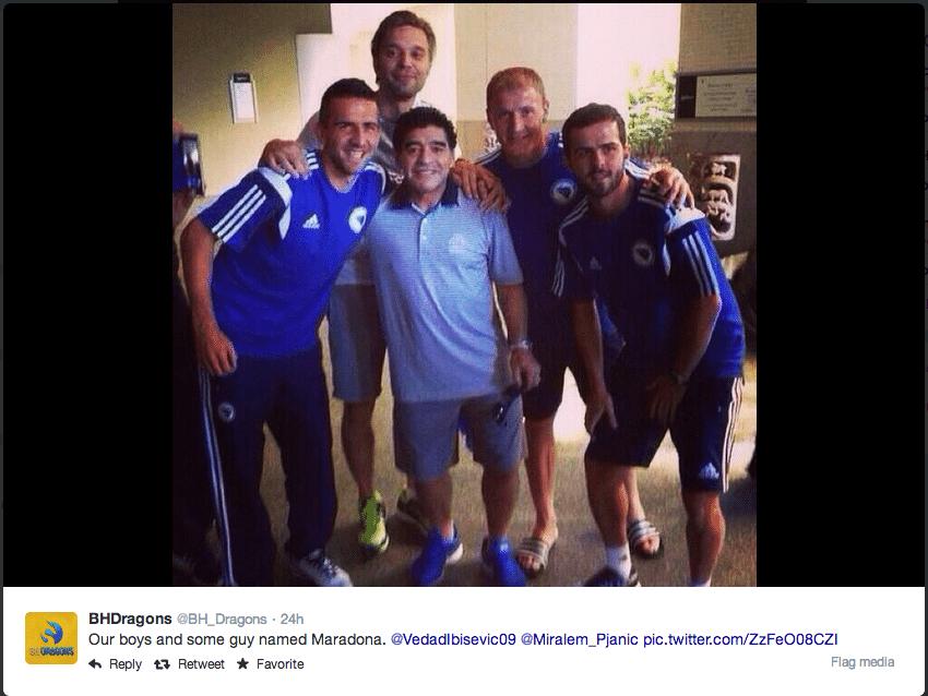 Jogadores da Bósnia tietam Diego Maradona