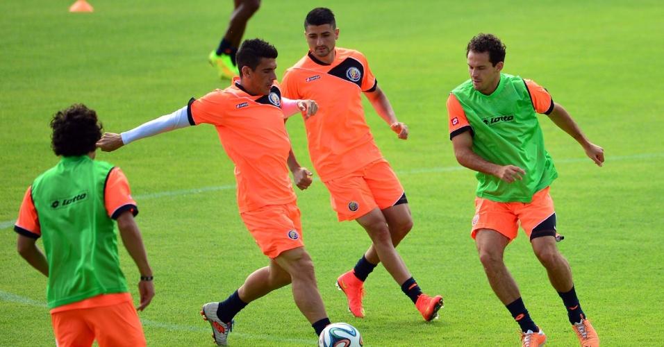Jogadores da Costa Rica treinam na manhã deste domingo, um dia após surpreenderem o Uruguai a vencerem na estreia da Copa do Mundo