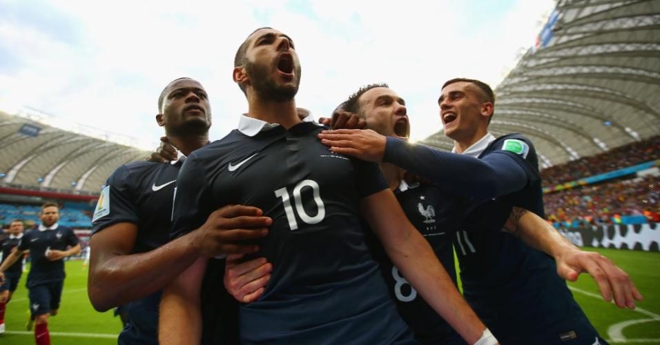 Jogadores da França comemoram gol de Benzema na vitória de 3 a 0 sobre Honduras