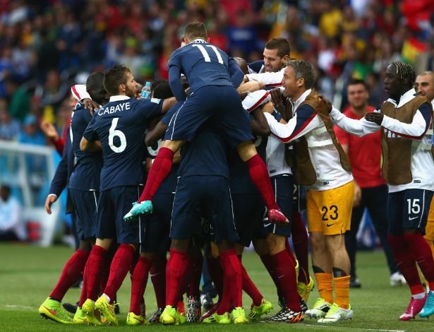 Jogadores da França comemoram o 2° gol do time contra Honduras
