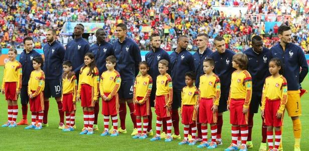 Jogadores da França, perfilados, ficam sem entender o motivo pelo qual os hinos nacionais não foram executados