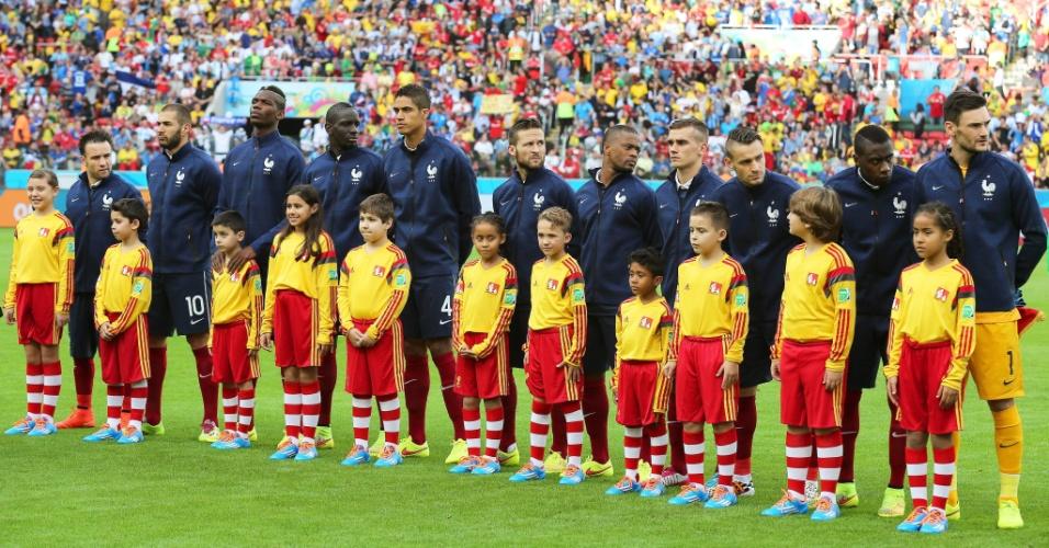 Jogadores da França, perfilados, ficam sem entender o motivo pelo qual os hinos nacionais não foram executados antes do duelo contra Honduras