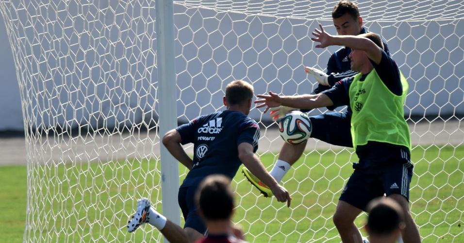 Jogadores da Rússia inovam em treino e jogam futebol com as mãos