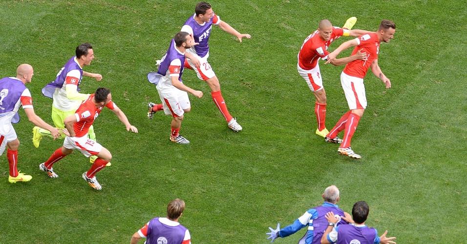 Jogadores da Suíça comemoram muito o segundo gol da seleção contra o Equador, que determinou a virada suíça no Mané Garrincha