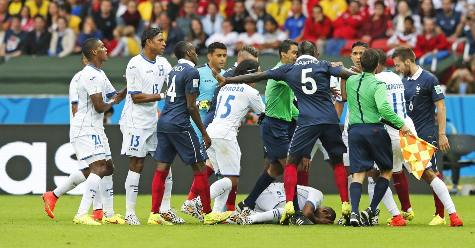 Jogadores de França e Honduras se desentendem após falta dura hondurenha no 1° tempo