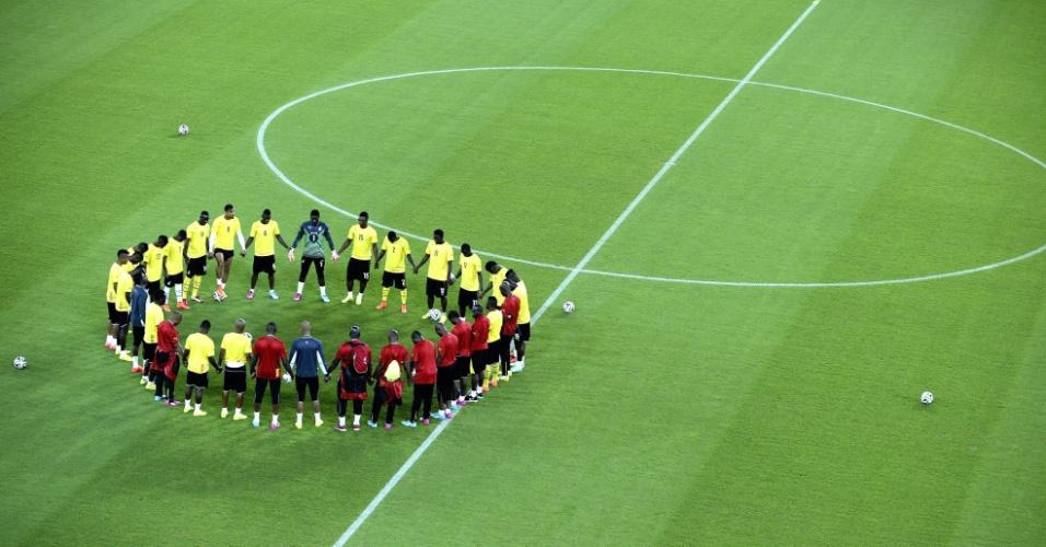 Jogadores de Gana fazem círculo antes de treino na Arena das Dunas, em Natal