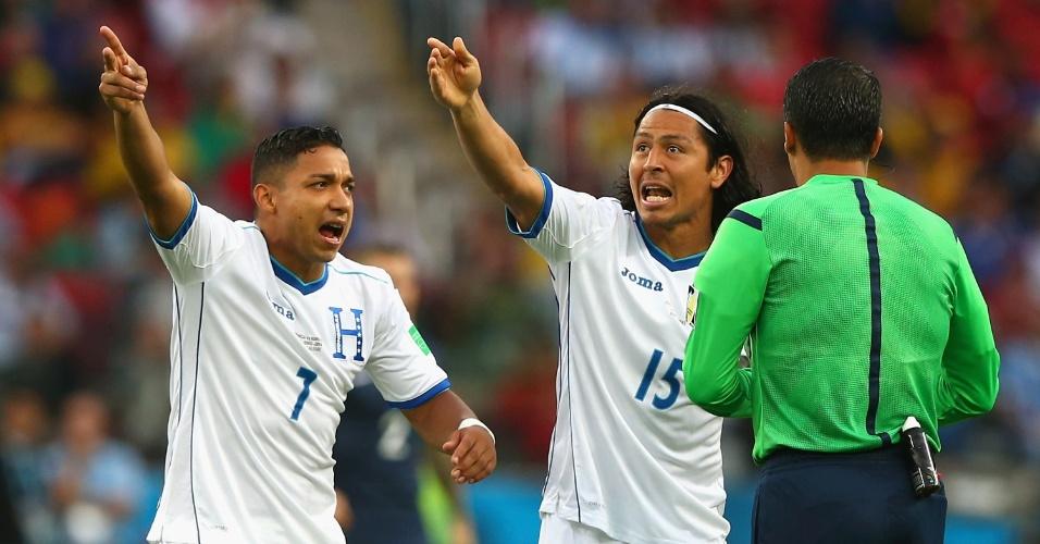 Jogadores de Honduras apontam para o telão e reclamam com Sandro Meira Ricci após o árbitro brasileiro validar gol da França em que a bola passou por pouco da linha