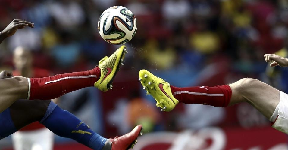 Jogadores disputam bola durante partida entre Suíça e Equador, pelo Grupo E da Copa do Mundo