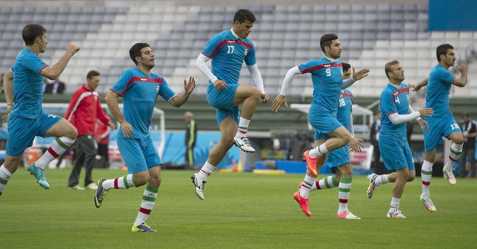 Jogadores do Irã fazem aquecimento antes de treino na Arena da Baixada, em Curitiba