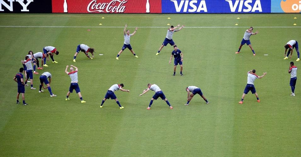 Jogadores dos Estados Unidos realizam treino físico no estádio Arena das Dunas, em Natal