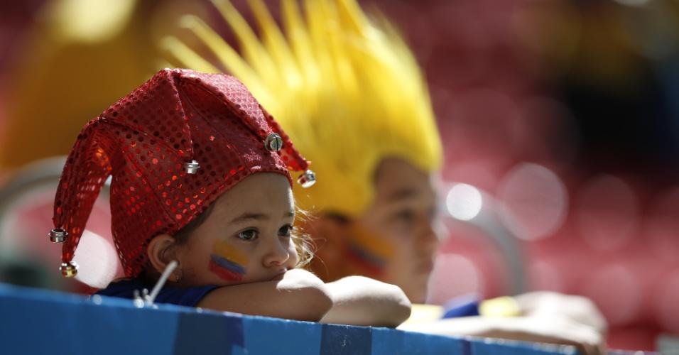 Jovens torcedores do Equador aguardam o início da partida contra a Suíça
