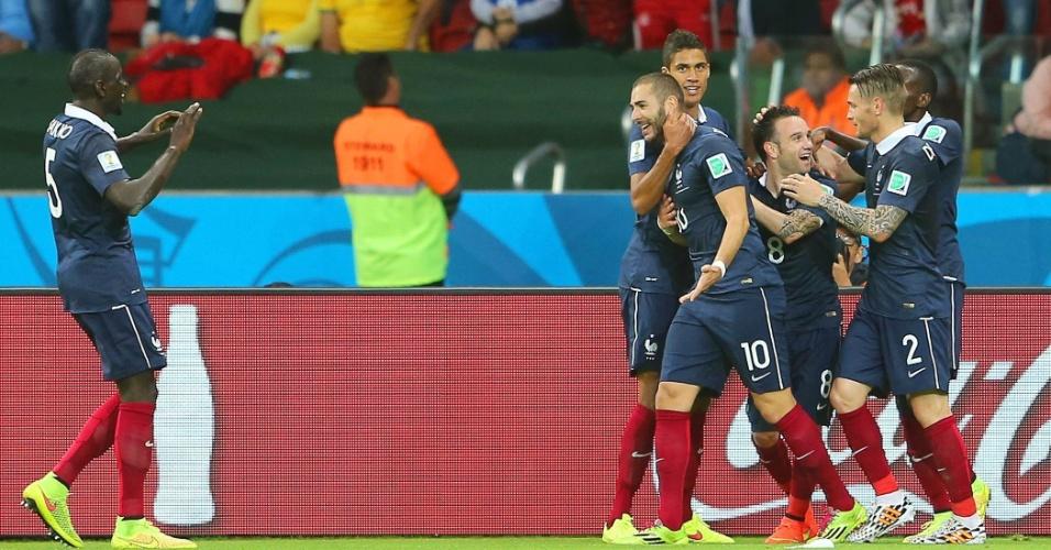 Karim Benzema comemora com seus companheiros um de seus dois gols pela frança sobre Honduras