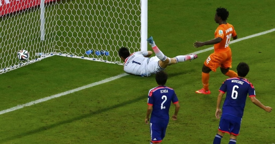 Kawashima se esforça, mas vê bola morrer no fundo da rede em jogo entre Japão e Costa do Marfim