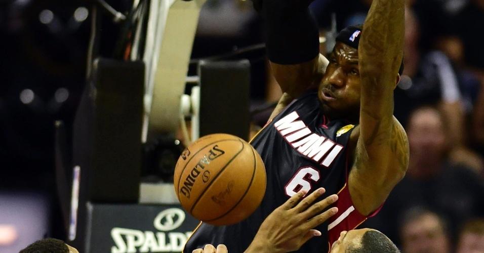 LeBron James consegue enterrada entre os jogadores do Spurs