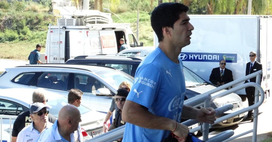 Luis Suárez chega ao hotel da seleção uruguaia neste domingo