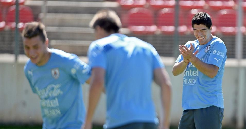 Luiz Suárez sorri durante treino do Uruguai